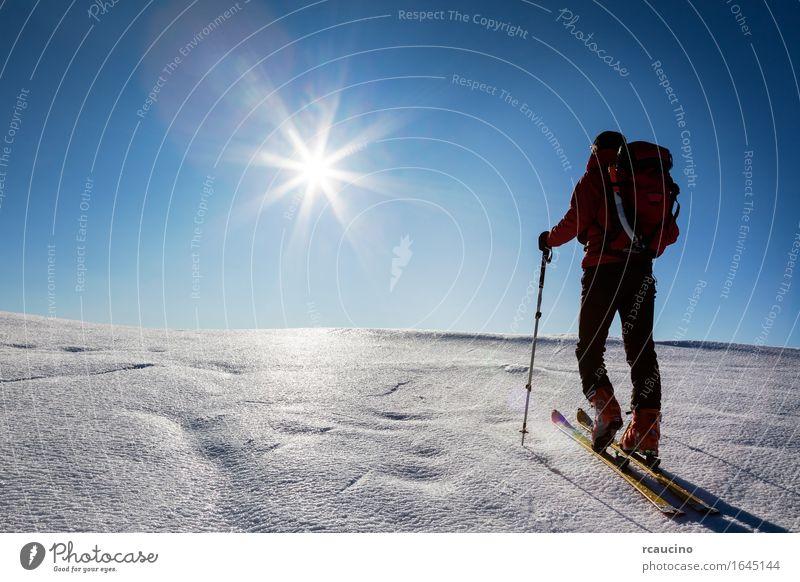 Mensch Himmel Natur Ferien & Urlaub & Reisen Mann blau Sonne Landschaft rot Einsamkeit Winter Berge u. Gebirge Erwachsene Schnee Sport Tourismus