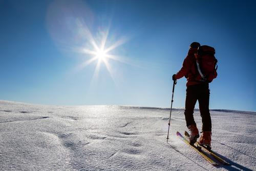 Skibergsteiger geht Hügel auf einem Gletscher. Mensch Himmel Natur Ferien & Urlaub & Reisen Mann blau Sonne Landschaft rot Einsamkeit Winter Berge u. Gebirge
