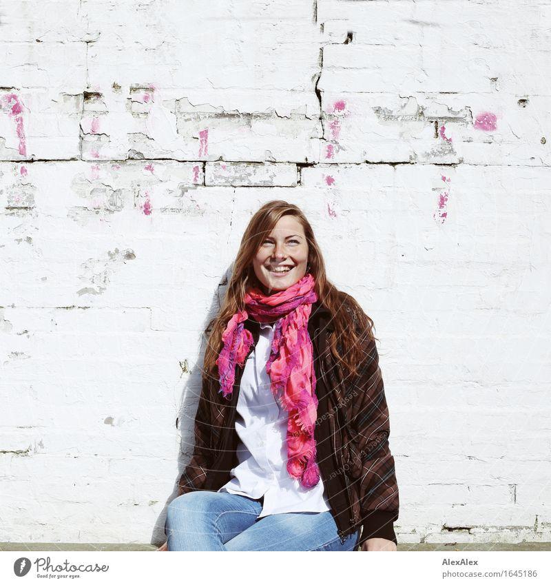 Sonnengruß Jugendliche Stadt schön Junge Frau Freude 18-30 Jahre Erwachsene natürlich Mauer lachen Glück Stein Zufriedenheit ästhetisch sitzen authentisch
