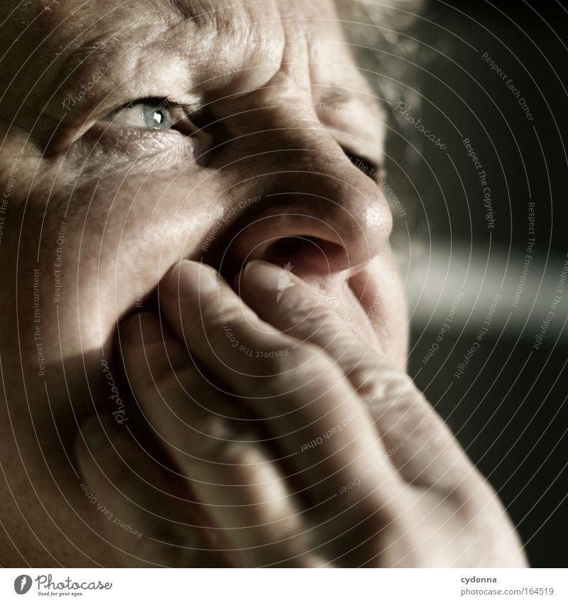 Durchdacht Mensch Frau Hand schön ruhig Gesicht Erwachsene Auge Leben Gefühle Senior Kopf Stimmung Kraft Nase ästhetisch