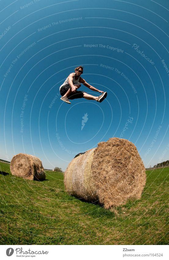hürdenlauf Jugendliche grün Sommer Freude Erwachsene Landschaft oben Freiheit springen Stil Zufriedenheit Feld Freizeit & Hobby elegant fliegen maskulin