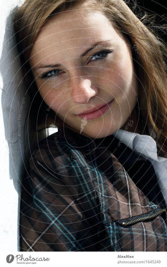 angelehnt schön Gesicht Zufriedenheit Junge Frau Jugendliche Auge Sommersprossen 18-30 Jahre Erwachsene Hemd Jacke brünett langhaarig Stein beobachten