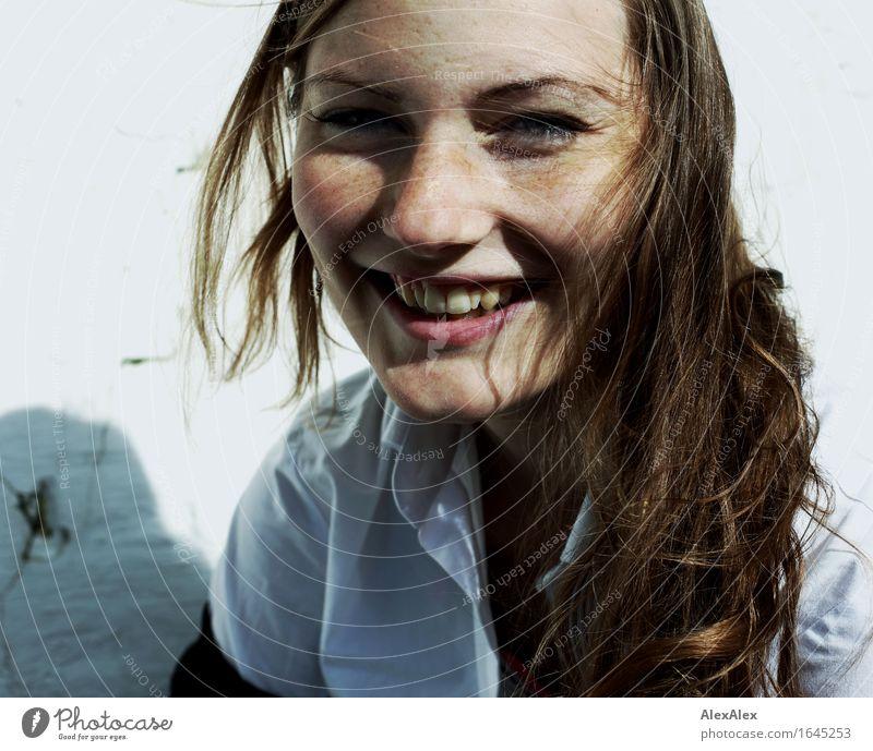 maike Leben Wohlgefühl Junge Frau Jugendliche Haare & Frisuren Gesicht Sommersprossen 18-30 Jahre Erwachsene Hemd brünett langhaarig Wind Lächeln lachen