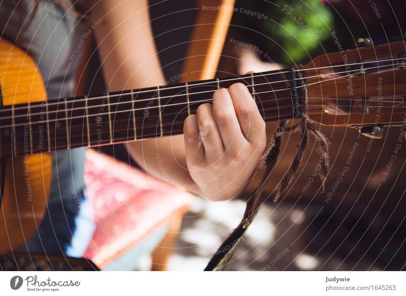 Noch mehr Akkordarbeit Mensch Frau Jugendliche Junge Frau Hand Freude 18-30 Jahre Erwachsene natürlich feminin Spielen 13-18 Jahre Musik Kultur lernen Bildung