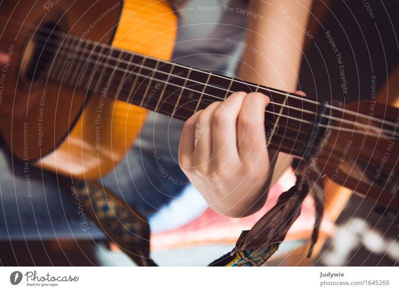 Gitarrenschülerin Freizeit & Hobby Spielen Mensch feminin Junge Frau Jugendliche Erwachsene Hand 13-18 Jahre 18-30 Jahre 30-45 Jahre Musik Konzert Musikschule