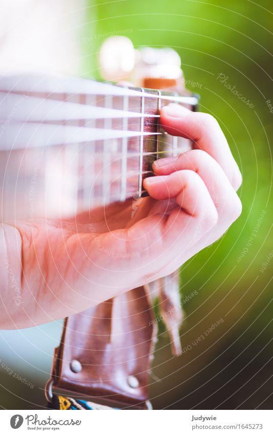 Akkordarbeit Hand Musik Konzert Open Air Sänger Musiker Gitarre Musikinstrument Akustikgitarre Klassik lernen Spielen retro grün Leidenschaft fleißig