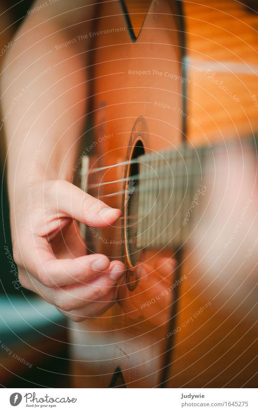 Gitarrenschülerin II ruhig Freizeit & Hobby Spielen Musikinstrument Mensch Hand 13-18 Jahre Jugendliche 18-30 Jahre Erwachsene Kultur Veranstaltung Konzert
