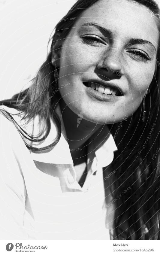 im angesicht Lifestyle elegant schön Gesicht Junge Frau Jugendliche Sommersprossen 18-30 Jahre Erwachsene Schönes Wetter Hemd brünett langhaarig Kommunizieren