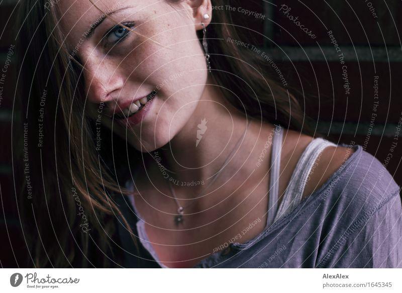 klick schön Junge Frau Jugendliche Gesicht Sommersprossen 18-30 Jahre Erwachsene T-Shirt Schmuck brünett langhaarig beobachten Kommunizieren Lächeln ästhetisch