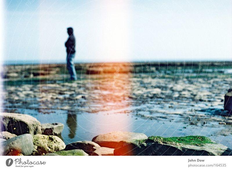 i'm still waitin' Mensch Meer Strand Einsamkeit Ferne Küste Horizont Felsen warten stehen Spaziergang beobachten Unendlichkeit Surrealismus Fernweh Pfütze