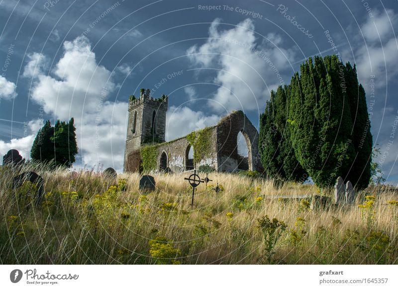 Ruine einer alten Kirche mit Friedhof in Irland Kirchturm Republik Irland Grabstein Einsamkeit Ende Erinnerung friedlich erinnern Vergangenheit Hügel Kapelle
