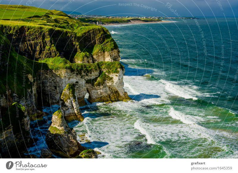 Küste mit Klippen bei Portrush in Nordirland Republik Irland Atlantik Landschaft Wellen Aussicht Brandung Felsen Felsküste Haus Horizont ländlich malerisch Meer