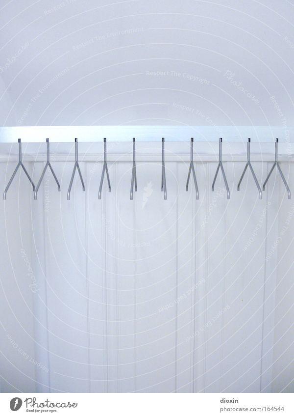 BB 04.09 | Garderobe weiß kalt Metall glänzend Wohnung Design Menschenleer Bekleidung modern Ordnung Sauberkeit Innenarchitektur silber Textfreiraum Museum