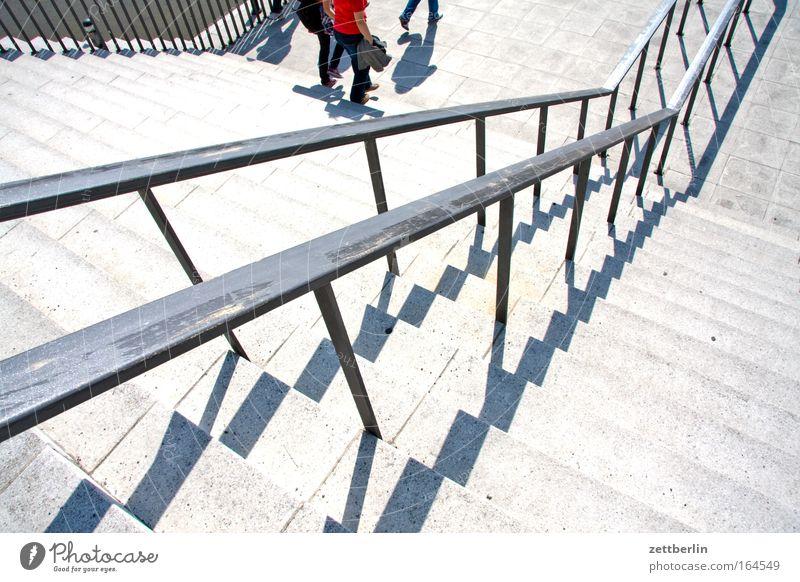 Treppe Sonne Sommer Schuhe Beine verrückt Niveau aufwärts steigen Geländer Mensch Karriere abwärts Treppengeländer