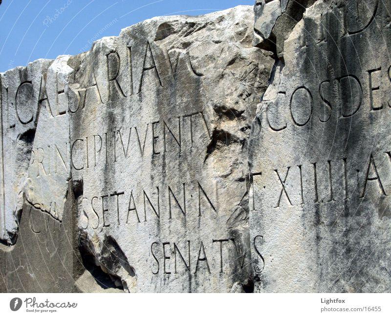 Caesarius Mensch alt Himmel blau Stein Italien historisch Rom Text Regierung Marmor Relief beschriften Senat Forum Romanum