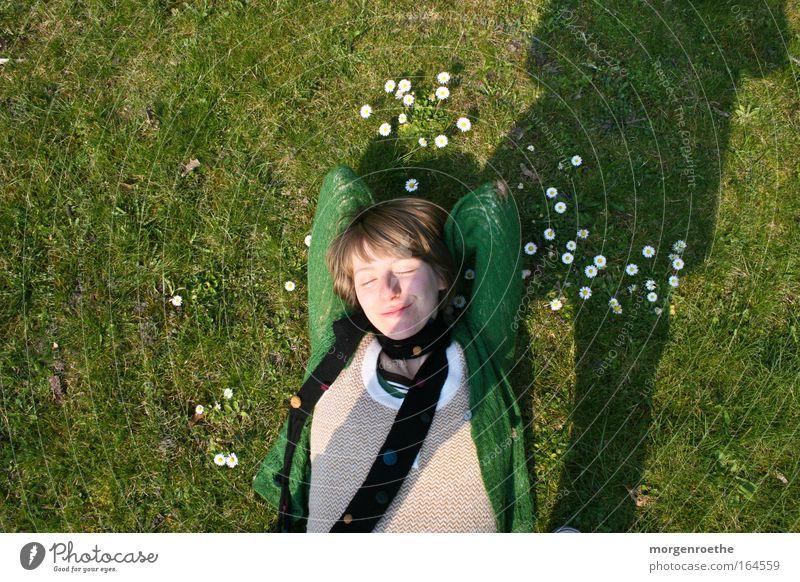 Sonnenbad grün Frau weiblich Gänseblümchen Wiese Schatten Behaglichkeit Sommer Natur