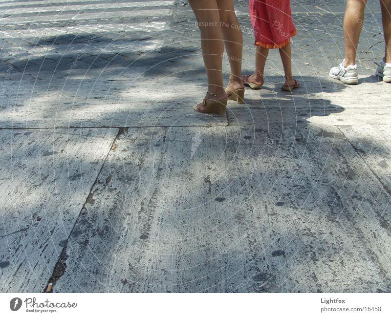 Die drei Beinigen Könige Mensch Frau Kind Mann Halt Platz Zebrastreifen stehen warten Straße Fuß Beine
