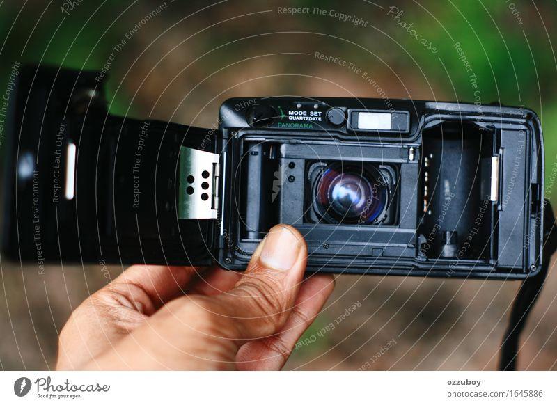 Analoge Kamera der hinteren Ansicht Lifestyle Stil Design Freizeit & Hobby Fotokamera Technik & Technologie Metall Kunststoff gebrauchen beobachten berühren