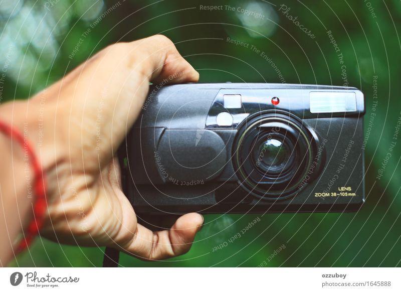 analoge Kamera alt Hand schwarz Stil Lifestyle Spielen Design Freizeit & Hobby Technik & Technologie retro Finger berühren festhalten Kunststoff Fotokamera