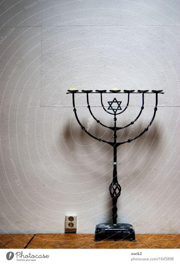 Sparmaßnahme Energiewirtschaft Steckdose Notfall Mauer Wand Sammlerstück Menorah Holz Metall Kunststoff Zeichen Ornament stehen groß schwer Stabilität