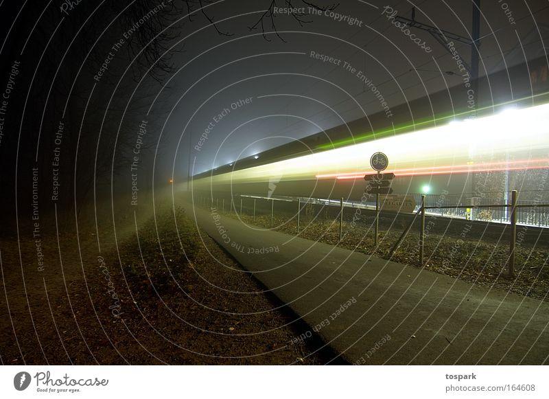 Geisterzug Farbfoto Außenaufnahme Menschenleer Textfreiraum rechts Textfreiraum oben Nacht Lichterscheinung Langzeitbelichtung Bewegungsunschärfe