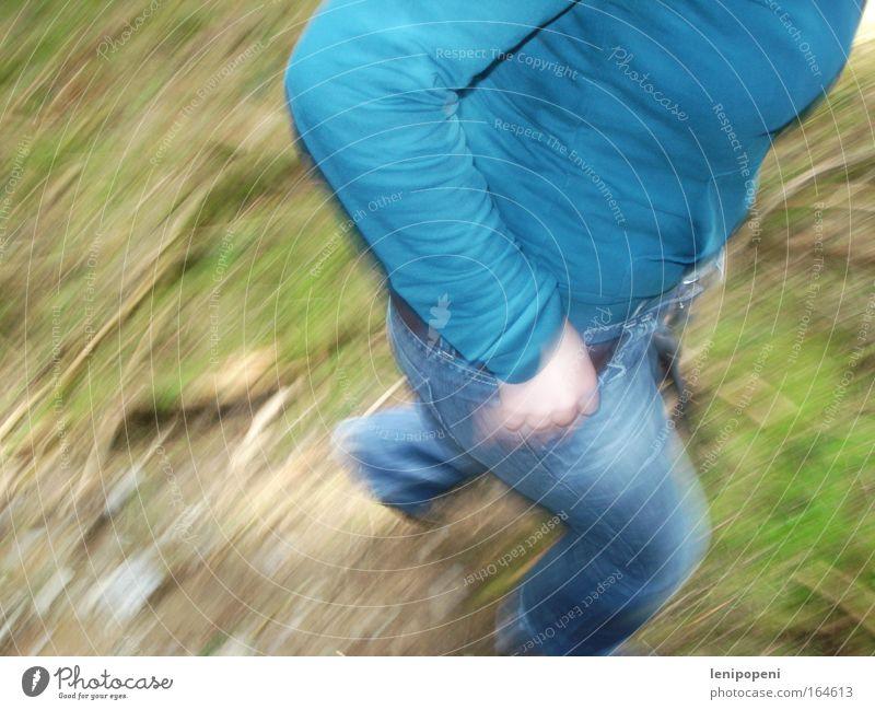 Erwischt! Farbfoto Außenaufnahme Tag Bewegungsunschärfe Blick nach unten Sommer wandern feminin Umwelt Natur Erde Moos Jeanshose Jacke Gürtel atmen rennen