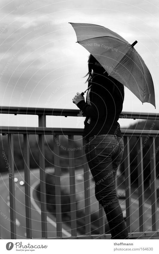 Gedankenzwiespalt Mensch Jugendliche weiß schwarz feminin Erwachsene Brücke Zukunft stehen Regenschirm Hose Autobahn Verzweiflung Verkehrswege Frau