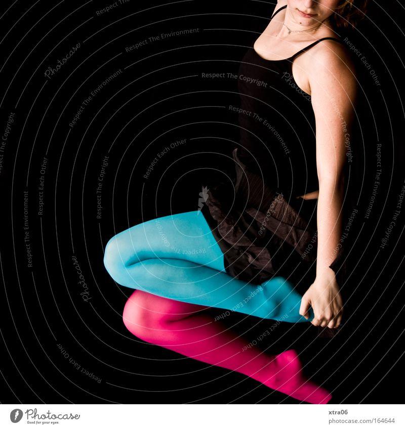 stilbruch 5 Stil Mensch feminin Junge Frau Jugendliche Erwachsene Haut Nase Mund Brust Arme Hand Finger Bauch Beine Fuß 1 Bekleidung Rock Strumpfhose Stoff