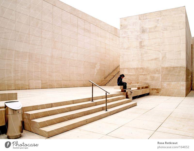 white cube Stadt Einsamkeit kalt Wand Traurigkeit Mauer Architektur Gebäude hell Kraft Treppe elegant sitzen Erfolg Design warten
