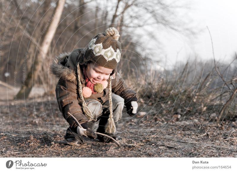Bodenschätze Mensch Kind Natur Mädchen Freude Wald Leben Herbst Spielen Holz Garten lachen Kindheit Freizeit & Hobby Abenteuer Stoff