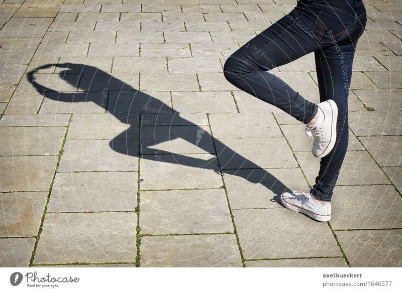 Urban Ballerina Lifestyle Freizeit & Hobby Mensch feminin Junge Frau Jugendliche Erwachsene Beine 1 18-30 Jahre Tanzen Tänzer Balletttänzer Jeanshose Farbfoto