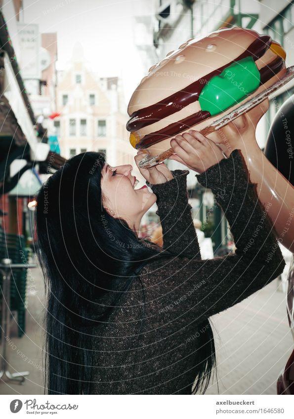 Hunger Essen Fastfood Lifestyle Freude Restaurant Mensch feminin Junge Frau Jugendliche Erwachsene 1 18-30 Jahre Stadtzentrum Appetit & Hunger groß lustig