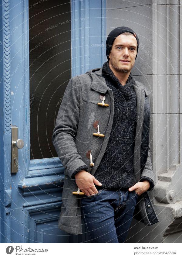 junger Mann im Hauseingang Lifestyle Stil Mensch maskulin Junger Mann Jugendliche Erwachsene 1 18-30 Jahre Tür Mütze selbstbewußt Coolness Winter Eingangstür