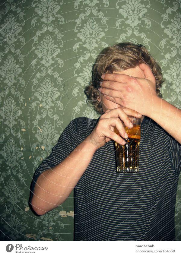 anonymer alkoholiker auf der flucht ... Farbfoto Innenaufnahme Muster Strukturen & Formen Textfreiraum links Vorderansicht Wegsehen trinken Alkohol Lifestyle