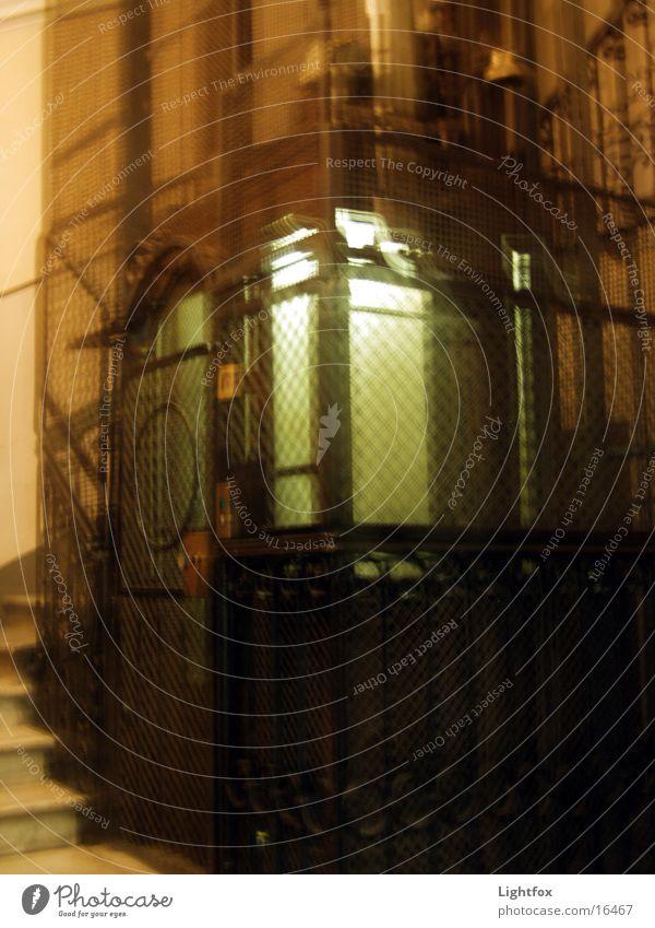 Auf Zug gehts hoch alt Holz Metall fahren Italien historisch Fahrstuhl Eisen Treppenhaus einsteigen