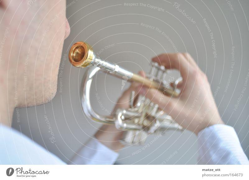 play the trompet Farbfoto Innenaufnahme Studioaufnahme Hintergrund neutral Tag Starke Tiefenschärfe Halbprofil Blick nach vorn musizieren Mann Erwachsene Hand