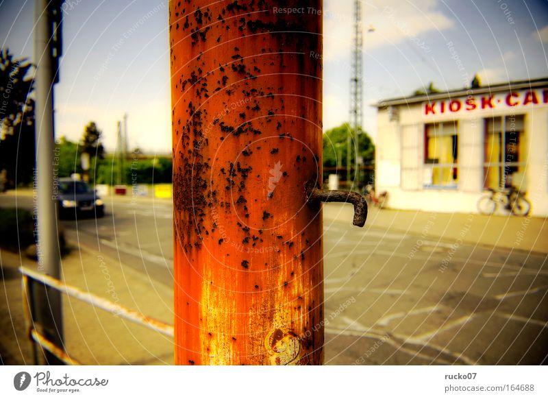 Das Ding hat einen Haken Stadt rot Straße PKW Metall Gastronomie skurril Rost Bahnhof Straßenverkehr Kleinstadt Stadtrand