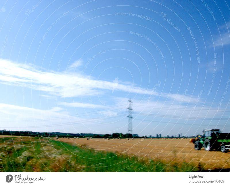 Trecker fahn Traktor Unschärfe Feld Strohballen Herbst Strommast Weizen Weizenfeld Mähdrescher Elektrisches Gerät Technik & Technologie Landschaft Dynamik