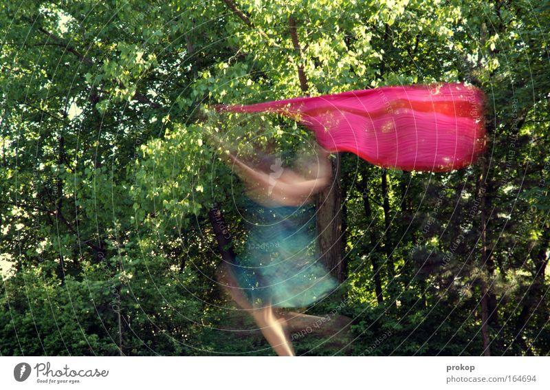 Ausfahrt vierte Realität Farbfoto Außenaufnahme Experiment Tag Kontrast Bewegungsunschärfe Zentralperspektive Totale Ganzkörperaufnahme feminin Beine Natur