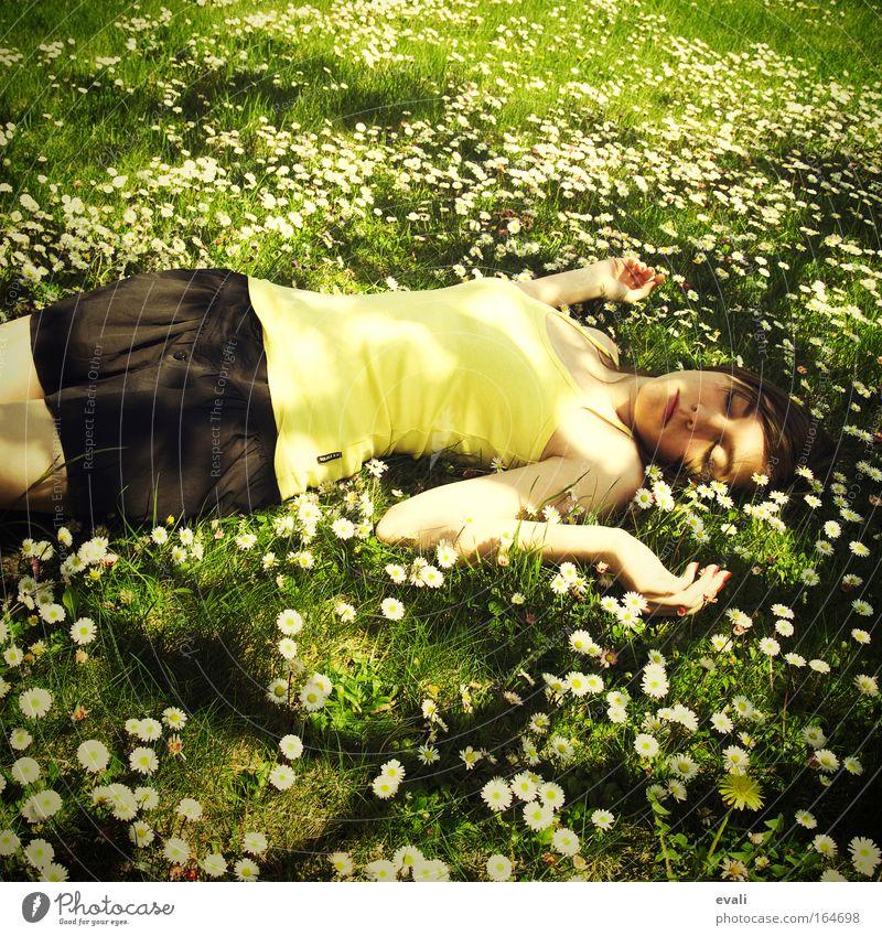 Daisies Frau Mensch Jugendliche Hand grün Erwachsene gelb feminin Haare & Frisuren liegen schlafen Blühend Junge Frau Sonnenlicht geschlossene Augen