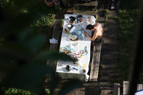 sommer freuden Mensch Jugendliche Sommer Junger Mann Erholung Essen Garten Stimmung Zufriedenheit Freizeit & Hobby Idylle Tisch genießen Lebensfreude lecker