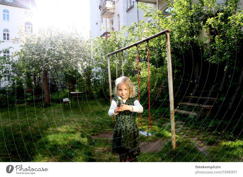 Licht Schuss Kind Sommer Freude Mädchen Frühling Gefühle Spielen Garten Stimmung leuchten Idylle Kindheit Lebensfreude Schaukel Hinterhof Lichtstrahl