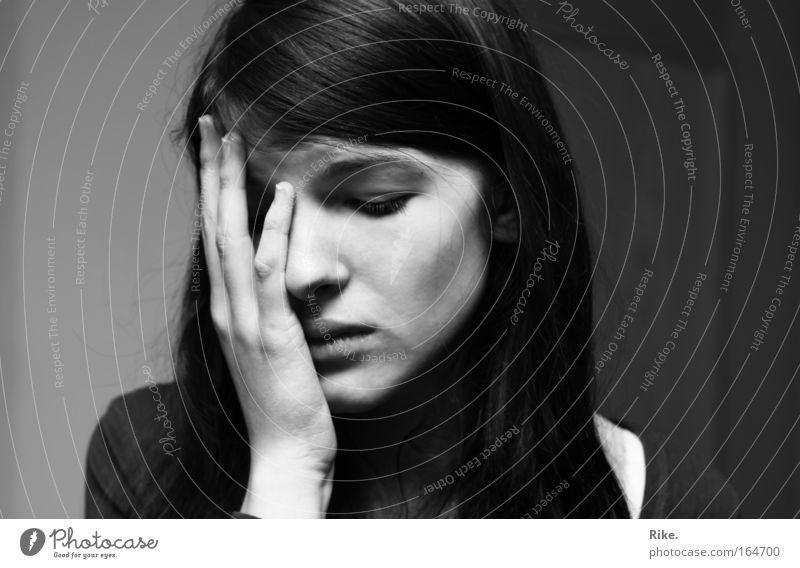 Ein Bild der Trauer. Schwarzweißfoto Porträt Wegsehen Mensch feminin Frau Erwachsene Jugendliche Kopf Haare & Frisuren Gesicht Hand 1 18-30 Jahre langhaarig
