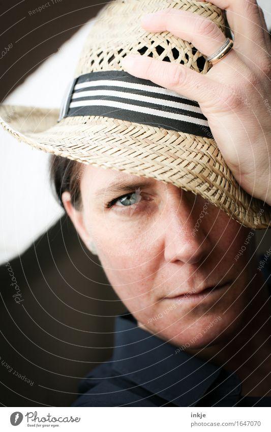 Strohhut 1 Mensch Frau Gesicht Erwachsene Auge Leben Gefühle Stil Lifestyle elegant Coolness Gelassenheit Hut ernst Gruß 30-45 Jahre