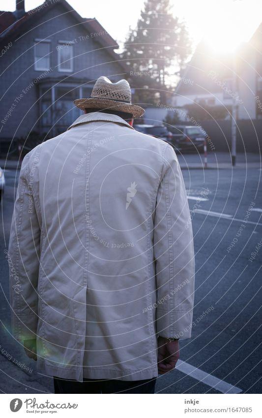 irgendwann über die Straße gelangen Mensch Mann Stadt alt Haus Erwachsene Leben Gefühle Senior Stil Lifestyle Freizeit & Hobby Verkehr trist stehen