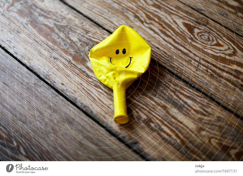 Die Luft ist raus. (Nach der Vernissage... Luftballon Zeichen Smiley Lächeln liegen Fröhlichkeit Glück positiv gelb Gefühle Stimmung Freude Zufriedenheit