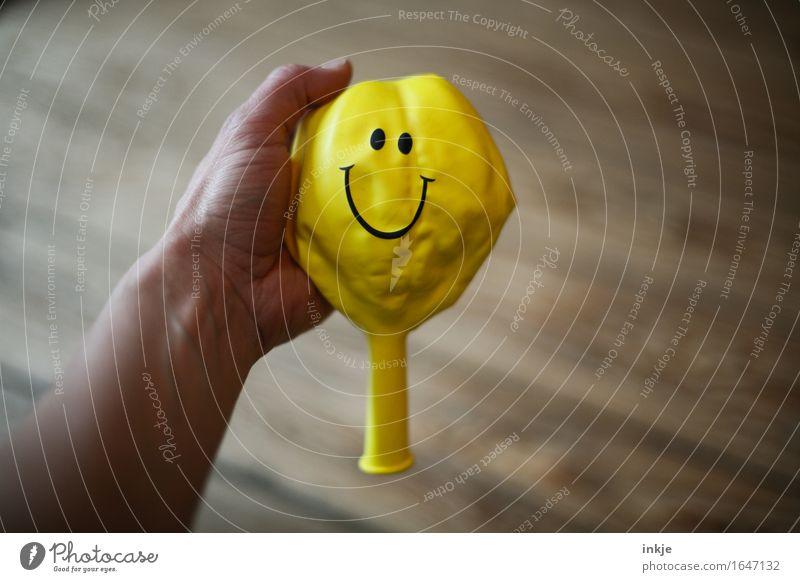 Optimist Hand Freude gelb Gefühle Lifestyle Stimmung Zufriedenheit Fröhlichkeit Lächeln Zeichen Freundlichkeit Luftballon Falte zeigen positiv Optimismus