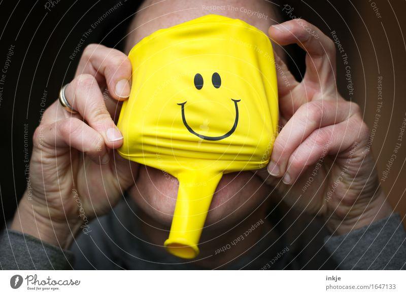Nachmacher, Nachmacher! Lifestyle Freude Freizeit & Hobby Frau Erwachsene Leben Gesicht Hand 1 Mensch Luftballon Zeichen Smiley Lächeln lustig gelb Gefühle