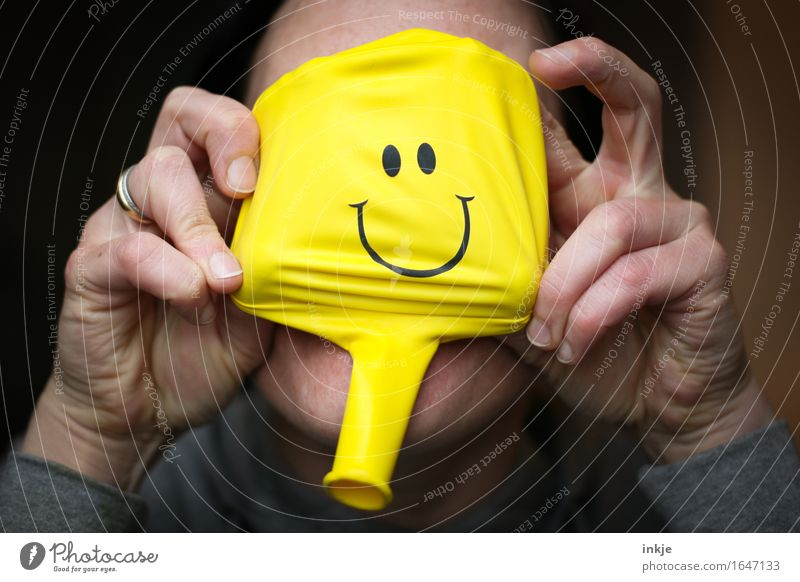 Nachmacher, Nachmacher! Mensch Frau Hand Freude Gesicht Erwachsene gelb Leben Gefühle lustig Lifestyle Freizeit & Hobby Kommunizieren Fröhlichkeit Lächeln
