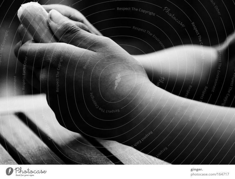 Die unendliche Zärtlichkeit der Nahrungsaufnahme Lebensmittel Wurstwaren Essen Fingerfood Haut harmonisch Wohlgefühl Zufriedenheit Mensch Arme Hand 1 Linie